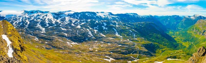 Panorama van Dalsnibba op Nibbevegen-weg die neer tot Geiranger-Fjord, Noorwegen leiden royalty-vrije stock afbeelding