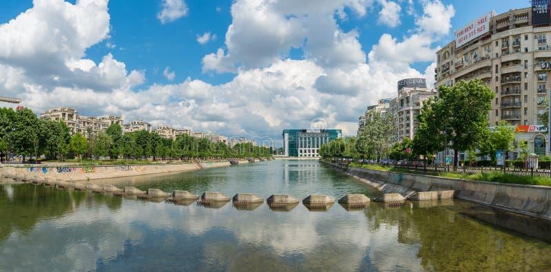 Panorama van Dambovita-rivier en de Nationale Bibliotheek binnen de stad in stock fotografie