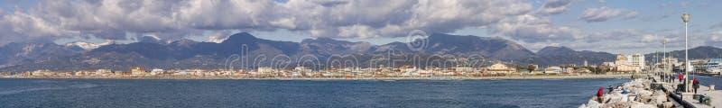 Panorama van de Alpen van Viareggio en Apuan-, Luca, Toscanië, Italië stock fotografie