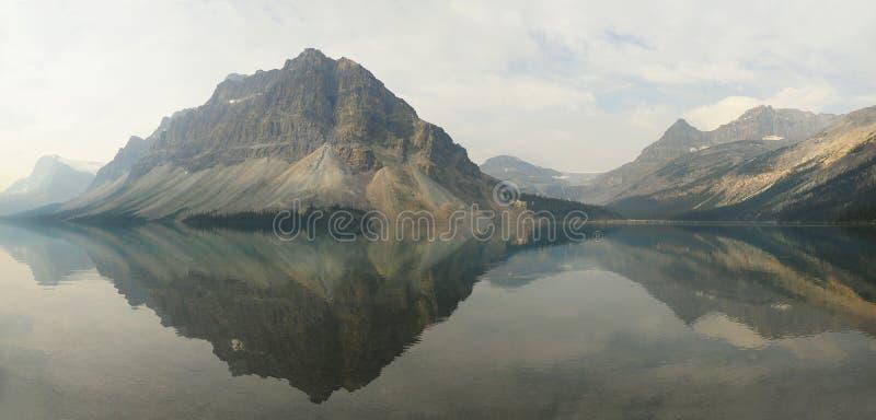 Panorama van de Bergen in Boogmeer Alberta worden weerspiegeld, Canada dat royalty-vrije stock afbeeldingen