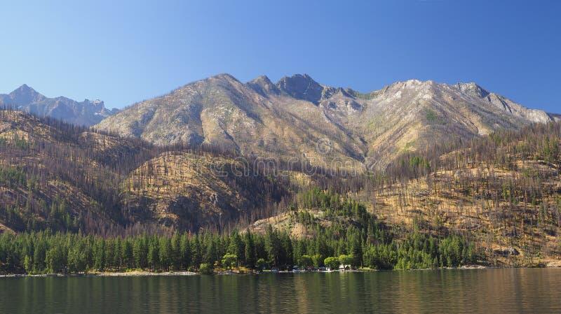 Panorama van de Bergen die Meer Chelan, Washington omringen stock afbeeldingen