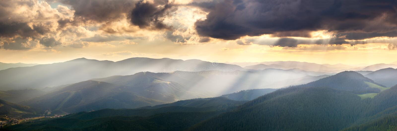 Panorama van de Bergen met Majestueuze Zonnestralen en CLO stock foto