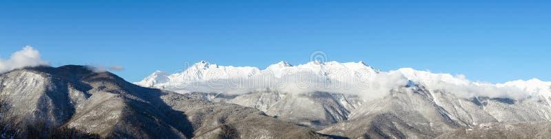Panorama van de Bergen van de de winterkaukasus, Krasnaya Polyana, Rusland stock foto