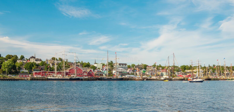 Panorama van de beroemde havenvoorzijde van Lunenburg tijdens Ta stock fotografie