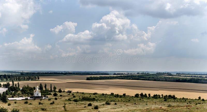Panorama van de bewolkte hemel over de gebieden stock afbeelding
