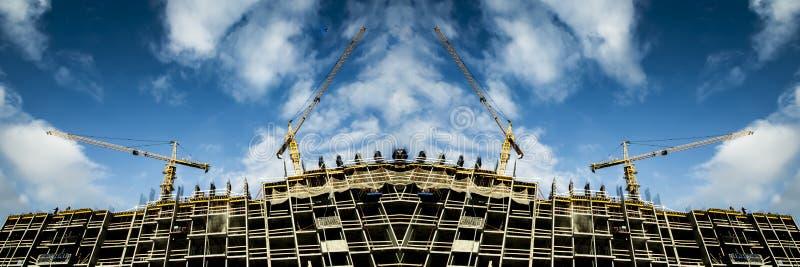 Panorama van de bouw van een modern monolithisch gebouw royalty-vrije stock afbeeldingen