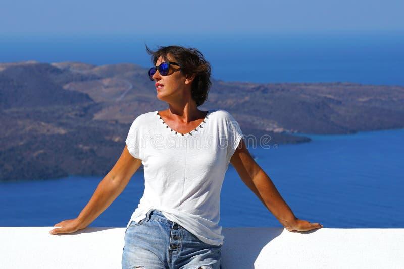 Panorama van de Caldera met een toerist in Oia, in Santorini, Griekenland royalty-vrije stock foto