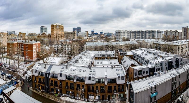 Panorama van de centrale straten van Moskou in een de winter bewolkte dag stock foto
