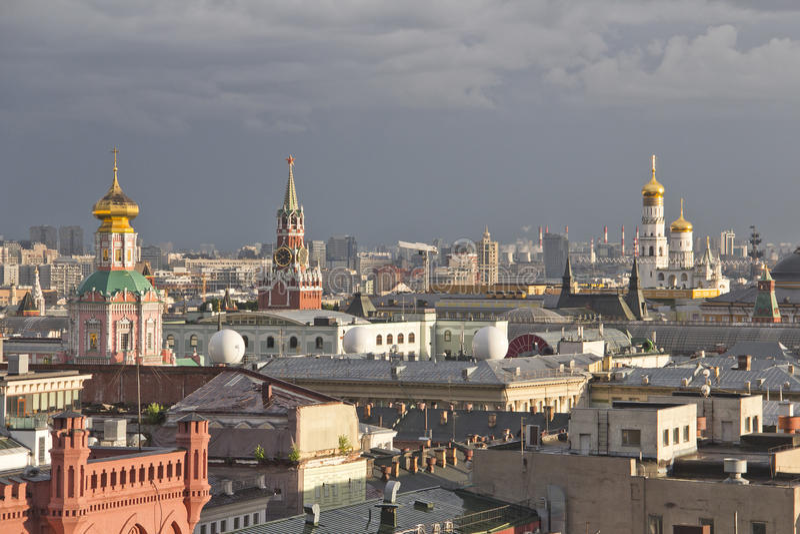 Panorama van de daken van Moskou bij zonsondergang stock fotografie