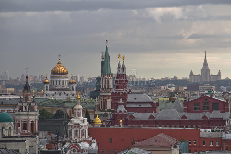 Panorama van de daken van Moskou bij zonsondergang stock foto
