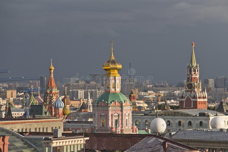Panorama van de daken van Moskou bij zonsondergang royalty-vrije stock afbeelding
