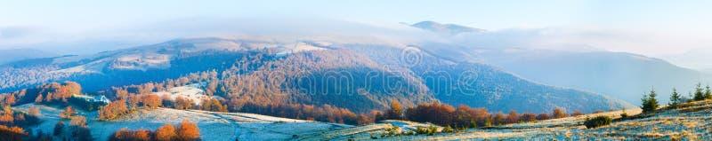 Panorama van de de ochtendberg van de herfst het nevelige royalty-vrije stock foto