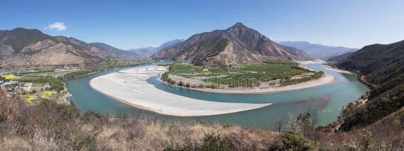 Panorama van de eerste kromming van de Yangtze-Rivier dichtbij ShiGu-dorp niet verre van Lijiang, Yunnan - China stock fotografie
