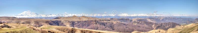 Panorama van de Grotere Bergketen van de Kaukasus royalty-vrije stock afbeelding