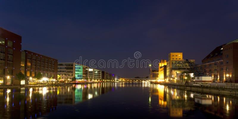 Panorama van de Haven van Duisburg het Binnen bij nacht stock afbeeldingen
