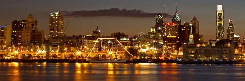 Panorama van de historische stad van Philadelphia bij schemer stock foto's