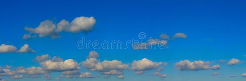 Panorama van de hoge resolutie het heldere hemel royalty-vrije stock afbeelding