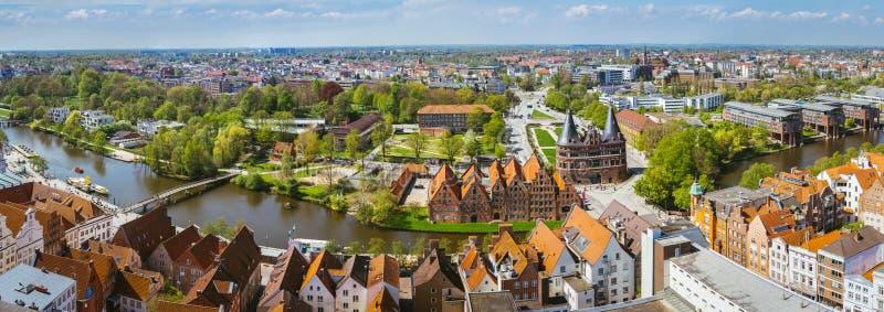 Panorama van de Holsten-Poort in Luebeck, de oude bakstenen bouw en rivier Lucht Mening stock afbeeldingen