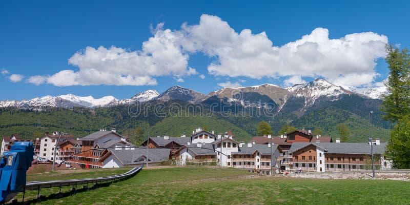 Panorama van de Kaukasische bergen van Krasnaya Polyana royalty-vrije stock afbeelding
