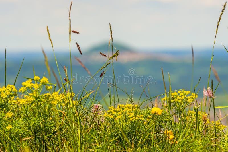 Panorama van de Keltische ernstige heuvel Burren aan de beroemde heuvel Hohenstaufen royalty-vrije stock afbeeldingen