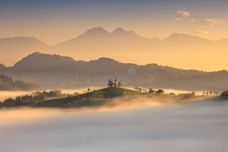 Panorama van de kerk van Heilige Tomas, Slovenië stock foto's