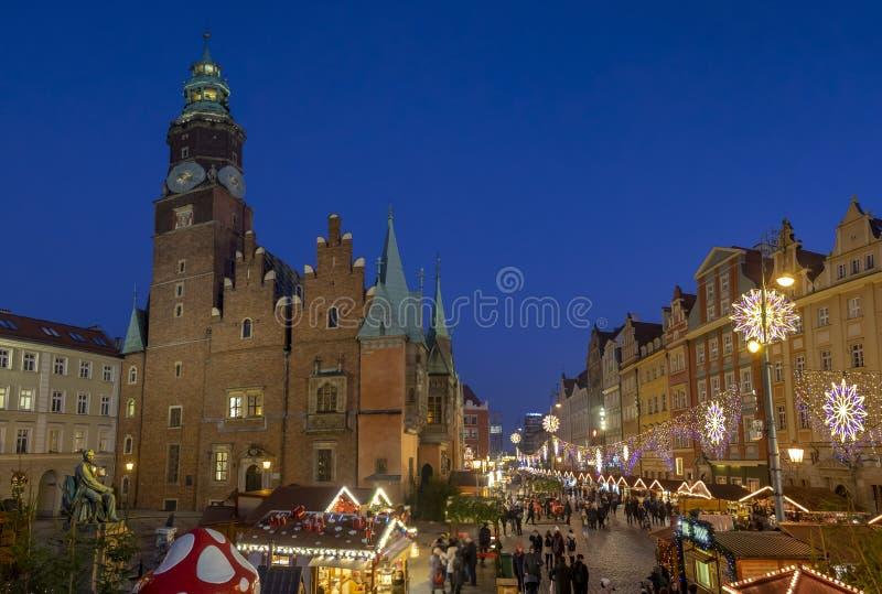 Panorama van de Kerstmisviering bij jaarlijkse Kerstmismarkt in Wroclaw polen royalty-vrije stock foto