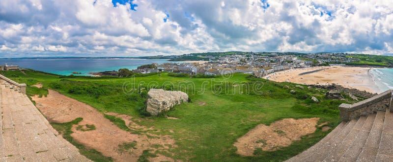 Panorama van de kust Van Cornwall in St Ives stock foto's