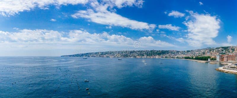 Panorama van de kust en de horizon van Napels, Italië stock afbeeldingen