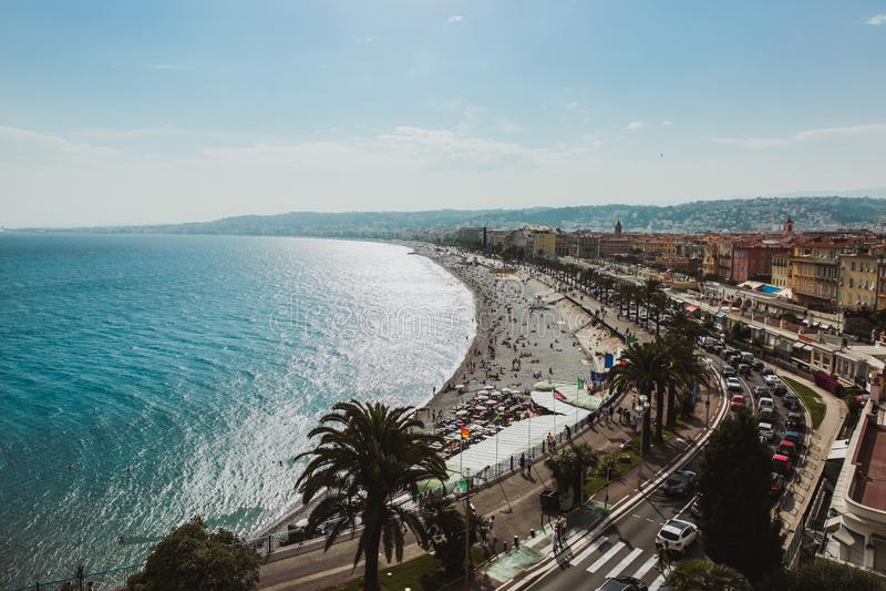 Panorama van de kustlijn en het strand van Nice met blauwe hemel, Frankrijk stock foto
