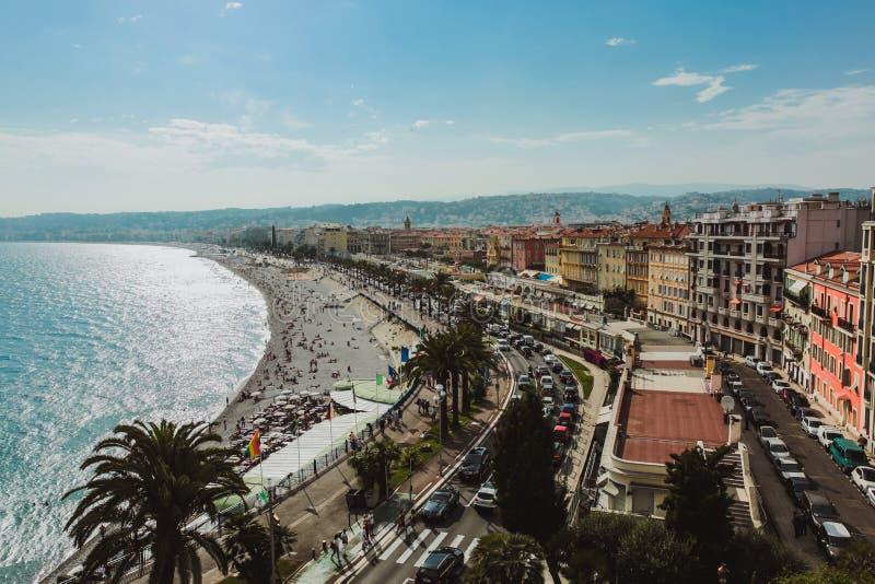 Panorama van de kustlijn en het strand van Nice met blauwe hemel, Frankrijk stock fotografie
