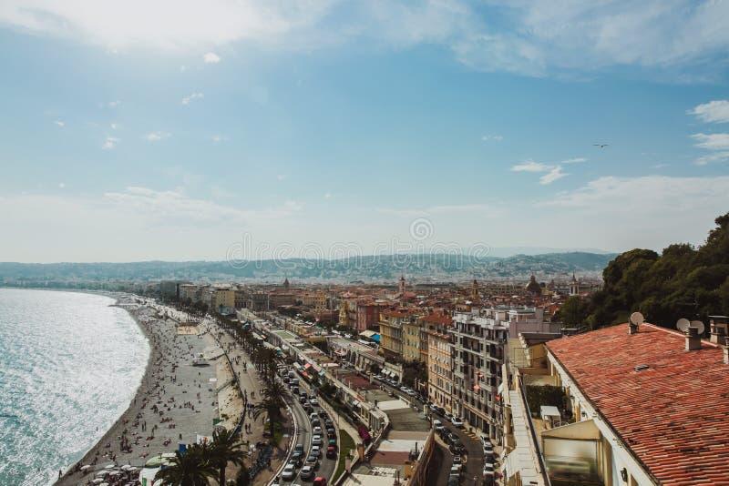 Panorama van de kustlijn en het strand van Nice met blauwe hemel, Frankrijk royalty-vrije stock foto