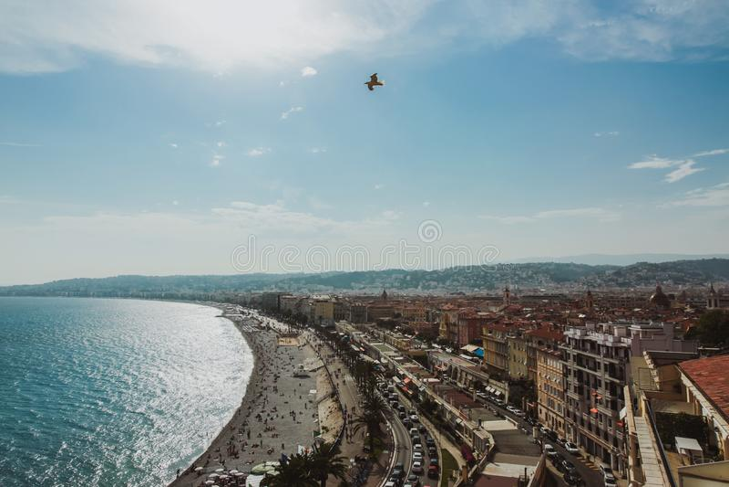 Panorama van de kustlijn en het strand van Nice met blauwe hemel, Frankrijk stock foto's
