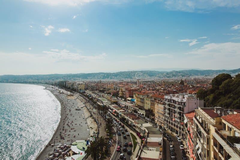 Panorama van de kustlijn en het strand van Nice met blauwe hemel, Frankrijk stock afbeeldingen