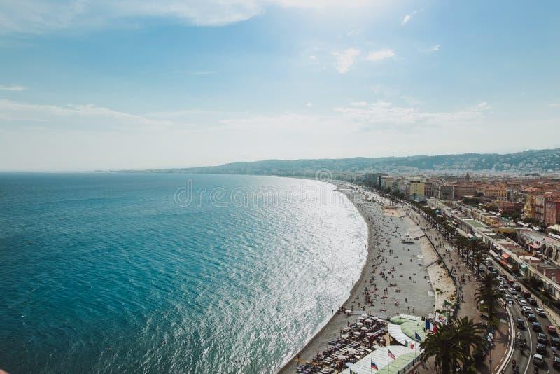 Panorama van de kustlijn en het strand van Nice met blauwe hemel, Frankrijk royalty-vrije stock afbeelding
