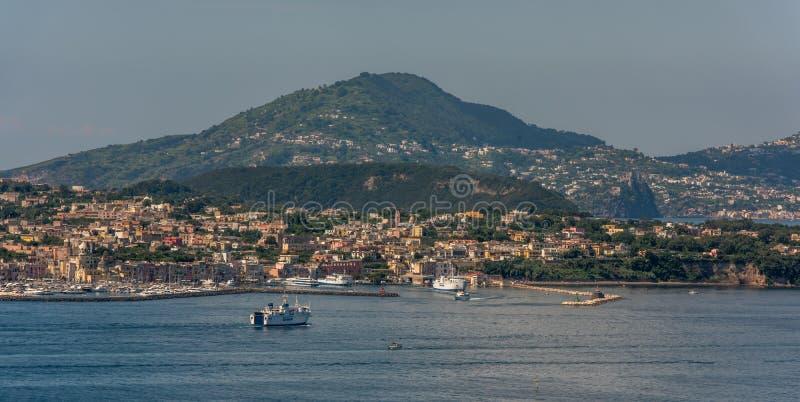 Panorama van de kustlijn van het eiland Procida en de haven stock afbeelding