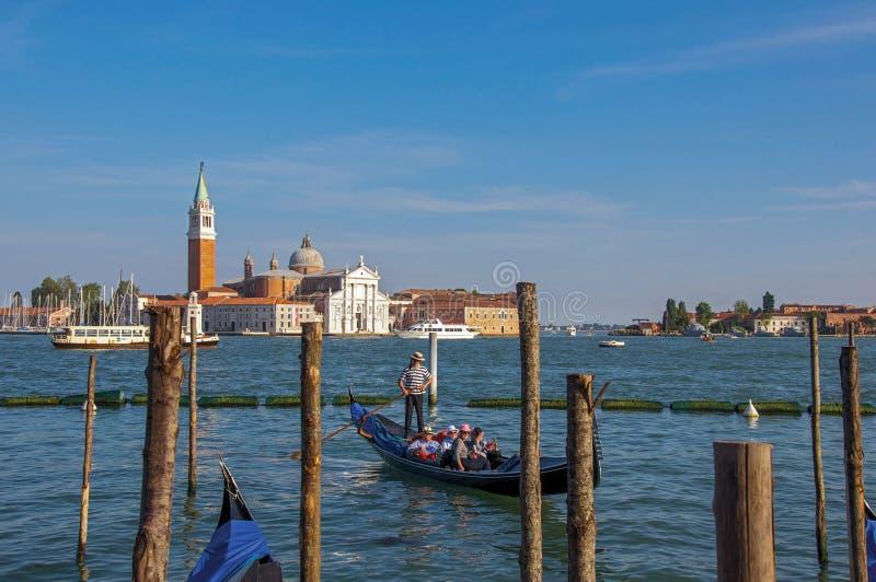 Panorama van de lagune van Venetië met pijler en gondel en gebouwen in Venetië royalty-vrije stock fotografie