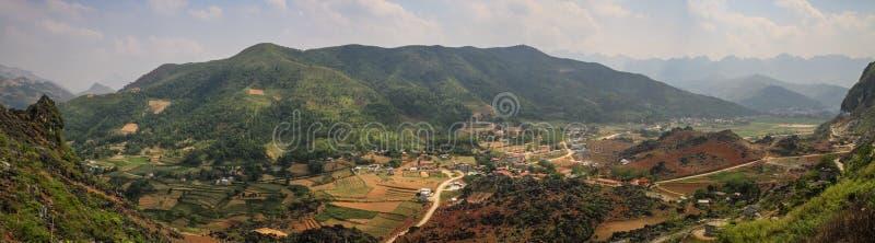 Panorama van de majestueuze karst bergen rond Meo Vac, de Provincie van Ha Giang, Vietnam stock foto's