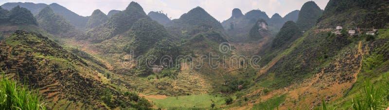 Panorama van de majestueuze karst bergen rond Meo Vac, de Provincie van Ha Giang, Vietnam royalty-vrije stock foto's