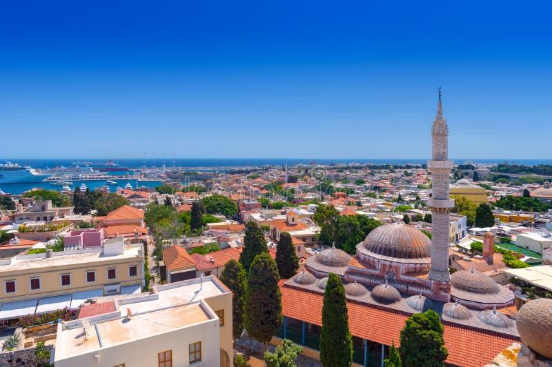 Panorama van de middeleeuwse oude stad van Rhodos, met historisch Suleiman Mosque op het recht en de Mandraki-haven royalty-vrije stock afbeelding
