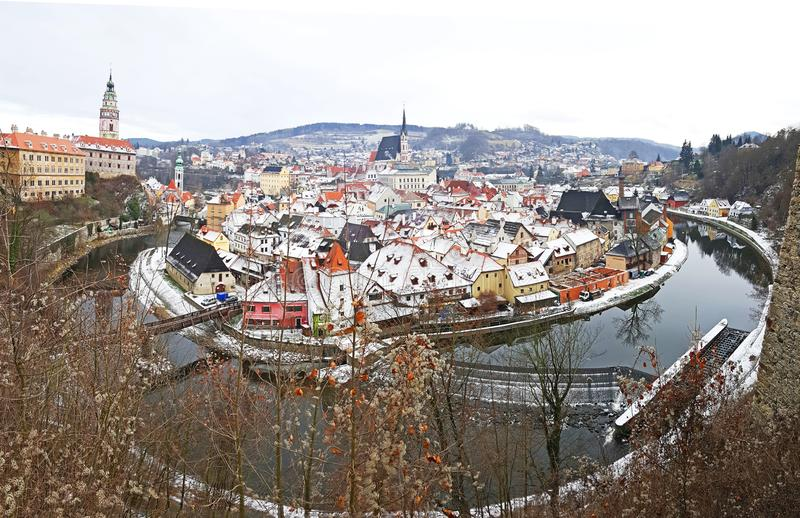 Panorama van de middeleeuwse stad van Cesky Krumlov en zijn kasteel stock afbeeldingen