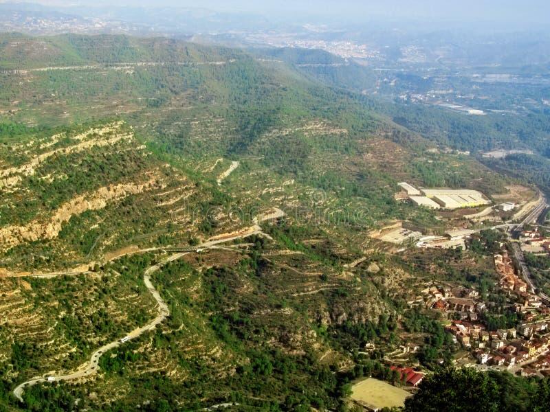 Panorama van de Montserrat bergvallei in blauwe mist - lucht geschotene, hoogste mening royalty-vrije stock fotografie