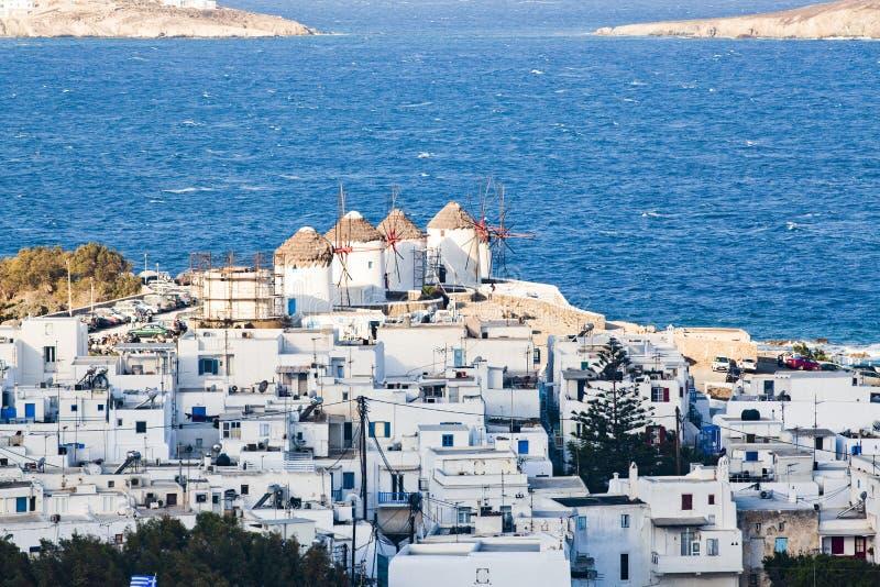 Panorama van de Mykonos-stadshaven van de bovengenoemde heuvels op een zonnige de zomerdag, Mykonos, Cycladen, Griekenland stock foto's