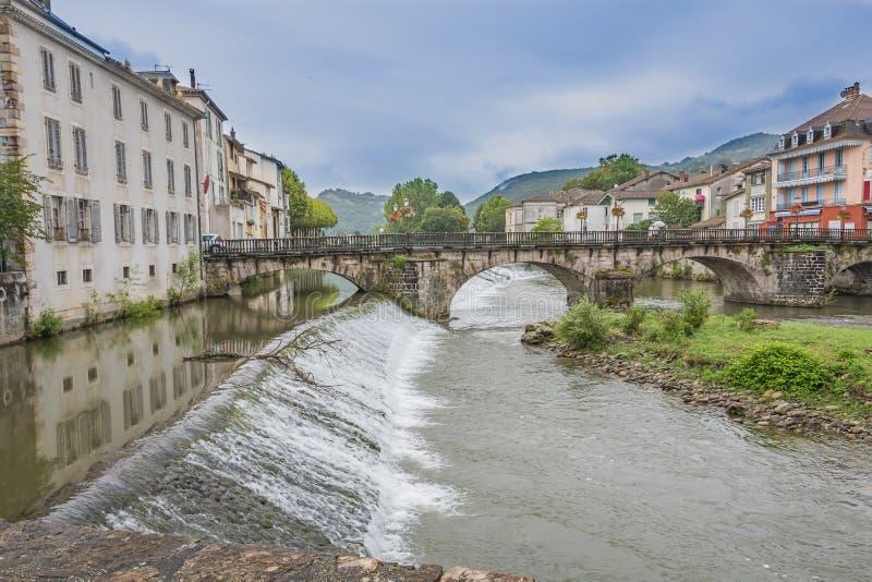 Panorama van de oude brug die de rivier Salat en dammen op zijn manier door het dorp van Heilige Girons kruist Ariege royalty-vrije stock foto