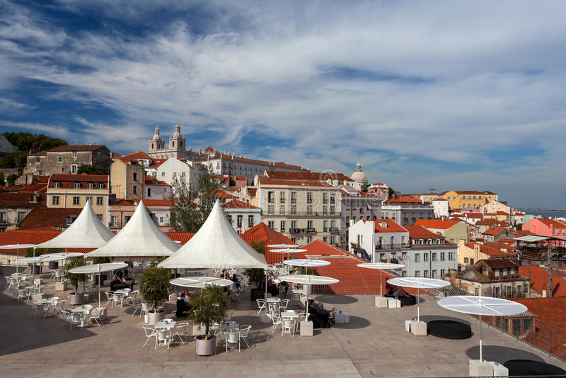 Panorama van de oude stad Lissabon van Miradouro DE Santa Luzia stock afbeelding