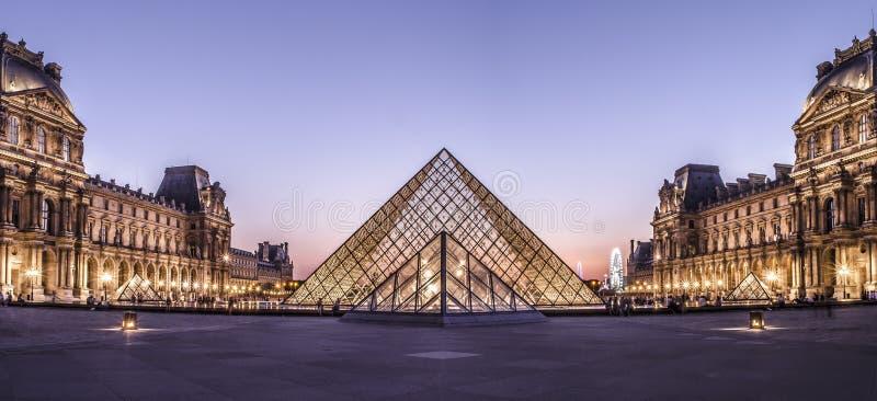 Panorama van de Piramide van het Louvremuseum royalty-vrije stock foto