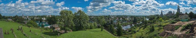 Panorama van de rivier Tvertsa in Torzhok stock foto's