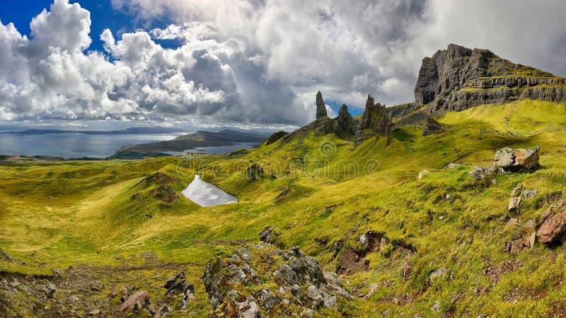 Panorama van de rotsvorming de Oude Man van Storr & x28; Eiland van Skye, Scotland& x29; royalty-vrije stock afbeeldingen