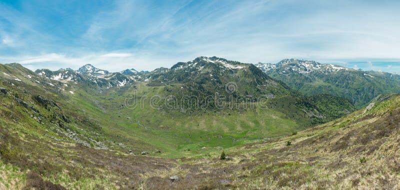 Panorama van de Ruisseau le Rieutort vallei in de Franse Pyreneeën stock afbeelding