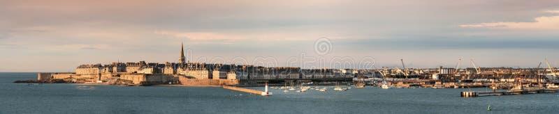 Panorama van de Saint Malo Ommuurde Stad in Frankrijk stock foto