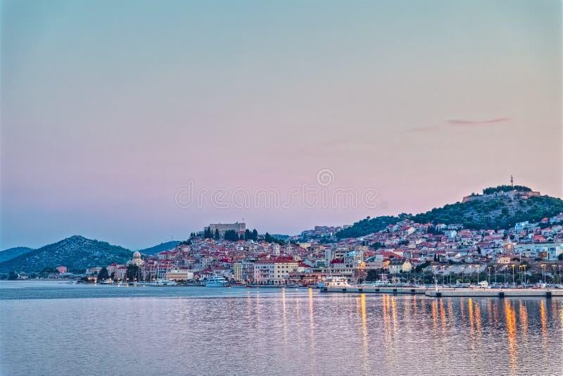 Panorama van de Sibenik het oude stad bij zonsondergang stock afbeelding